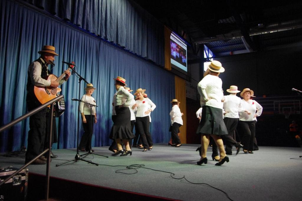 Plesalke in pevke Češminke - foto: M. Šegina